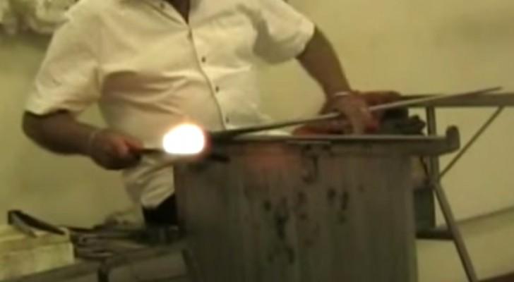 Ecco come un artigiano veneziano crea un capolavoro di vetro in pochi secondi