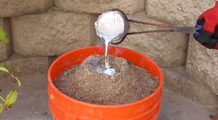Un Uomo Versa Del Metallo Fuso Nella Sabbia: La Sua Creazione è Fantastica!