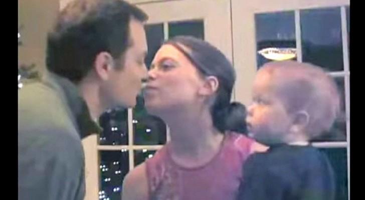 Mama y papa se besan: la reaccion del bebe no se deja esperar!