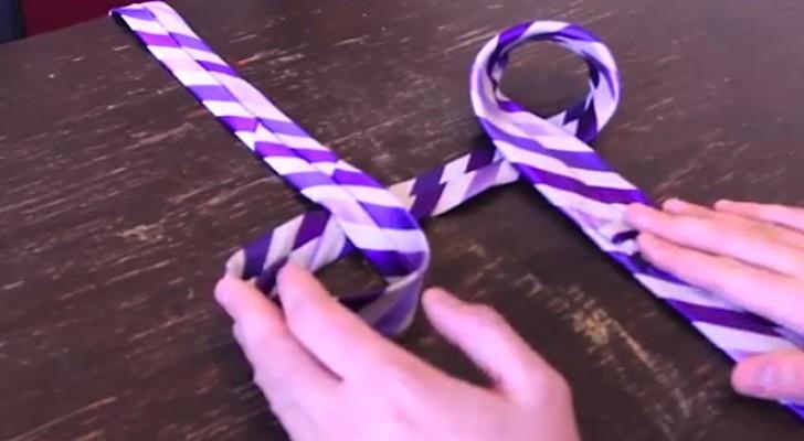 Comienza doblando la corbata dos veces...luego de algunos segundos...Perfecto!