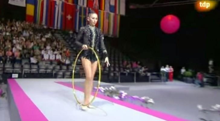 Lo que esta gimnasta esta por hacer con el aro deja al publico sin respiro