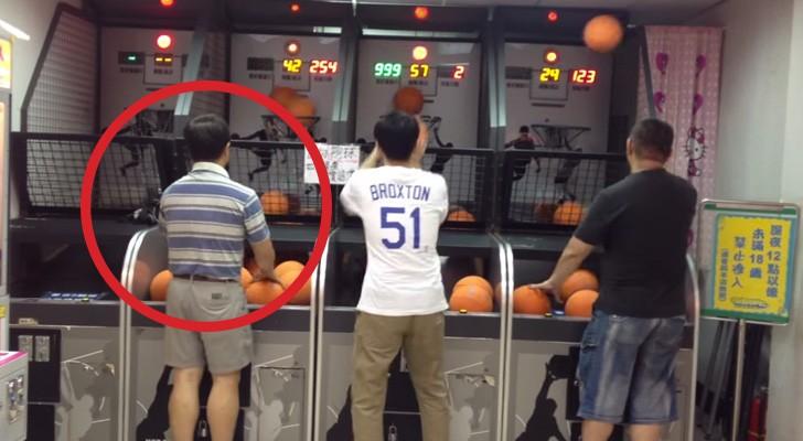 3 hombres se desafian en sala de juegos: Miren el de la izquierda, no creeran a los ojos!