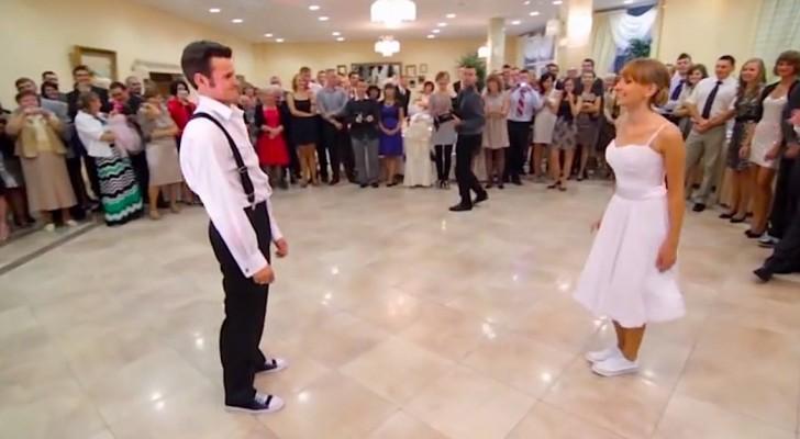 Als dit pas getrouwde stel begint te dansen, gebeurt er iets onverwachts!