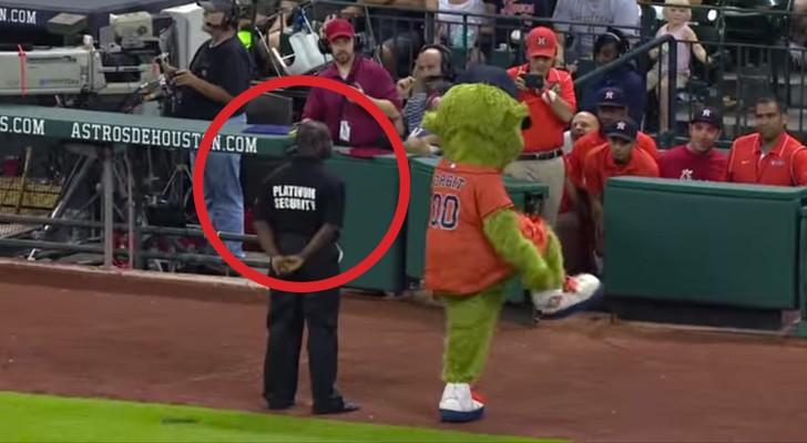 O mascote chega perto do segurança: a sua reação levanta o público!