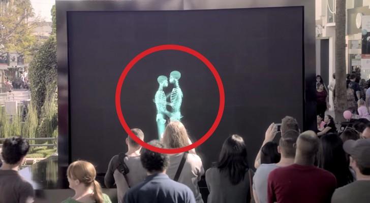2 persone si baciano dietro uno schermo: quando escono il pubblico resta senza parole