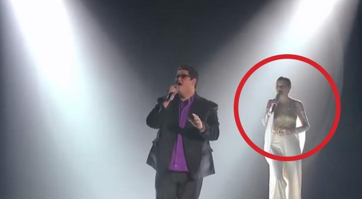 Een getalenteerde zanger op het podium, maar als de tweede stem erbij komt... KIPPENVEL!
