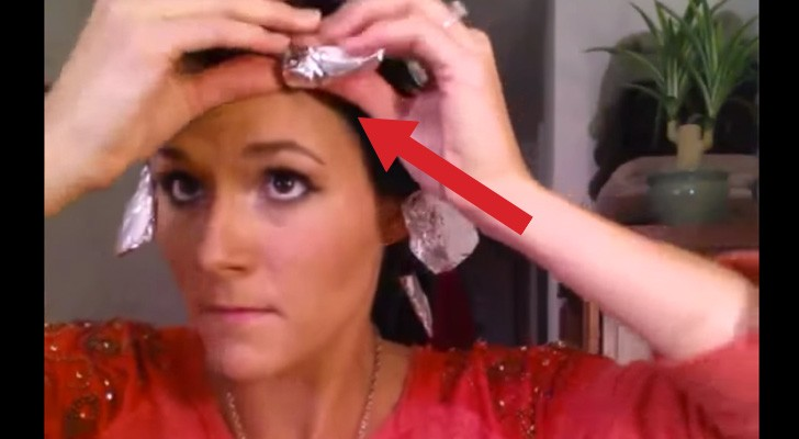 Ze wikkelt haar haar in aluminium. Als ze het eraf haalt, is het resultaat prachtig!