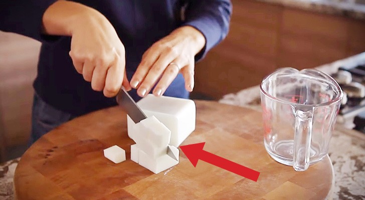 Ze snijdt een stuk zeep in blokjes en voegt er koffie aan toe: het resultaat is verrassend!