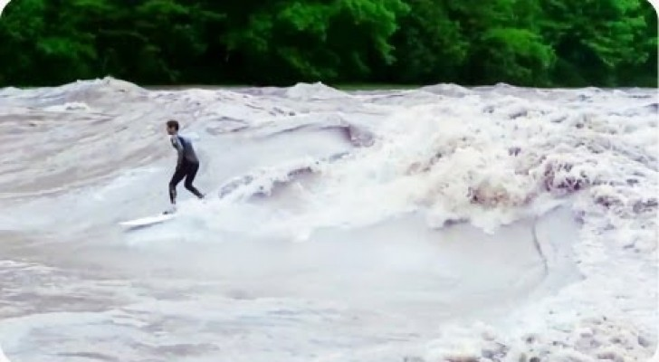 Surfista sobre pleno rio