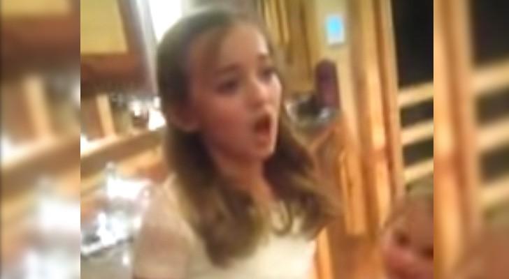 Een vriendinnetje haalt haar over om te zingen: haar versie van Adele is LEGENDARISCH