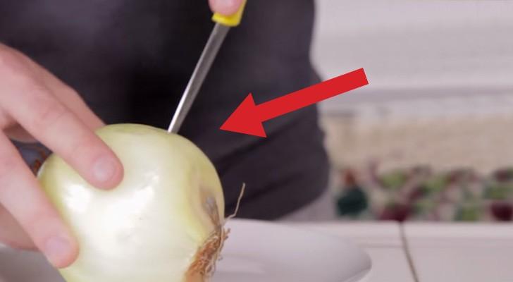 Fa dei buchi su una cipolla e vi mostra un trucco utilissimo in cucina!
