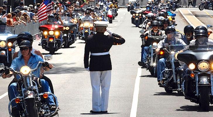 Cada año, este militar queda 3 horas en pie sobre el asfalto: el motivo los conmovera