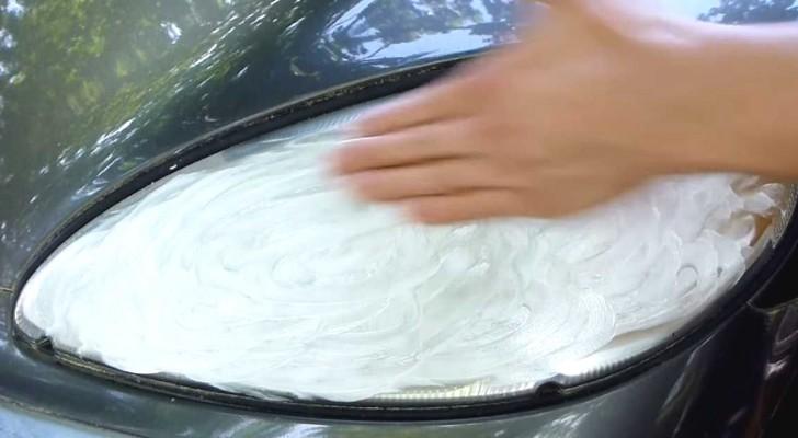Unta dentifrico sobre los faros del auto y obtiene un resultado...muy luminoso!