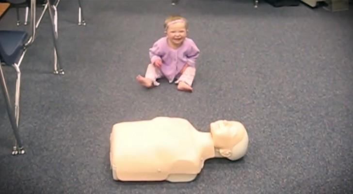 Ponen un maniqui frente a una niña: miren que cosa es capaz de hacer!