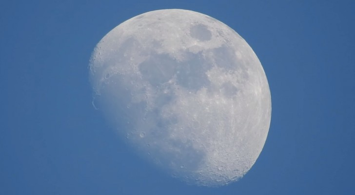 Inquadra la luna con la fotocamera e preme lo zoom: le immagini sono mozzafiato