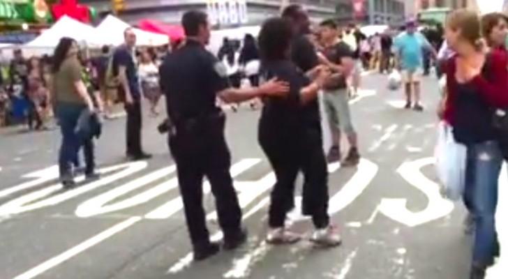 Een politieagent benadert een vrouw op straat: kijk wat er gebeurt... WOW!