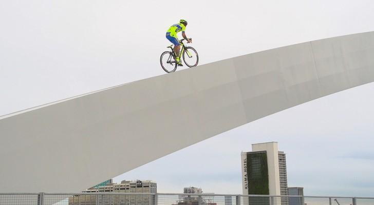 Sobe na bicicleta e o que faz depois é inesperado e assustador!