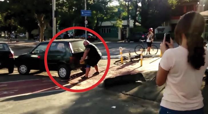 ESTACIONA el auto sobre la PISTA CICLABLE, pero la solucion del ciclista es EJEMPLAR