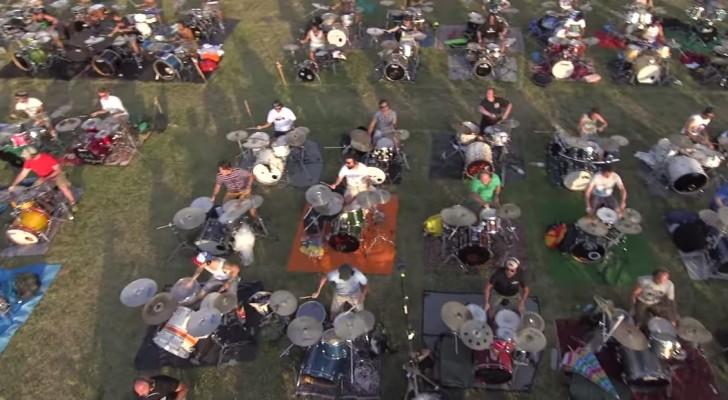 1000 mensen met instrumenten midden op een grasveld... dit optreden is EPISCH!