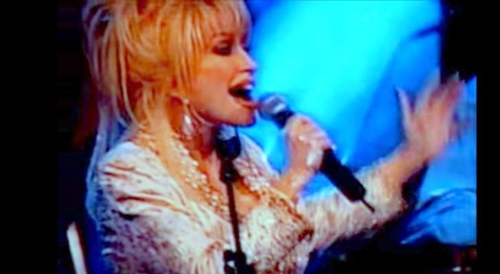 Una famosa cantante country canta