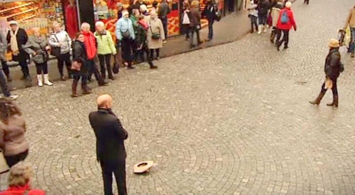 Inizia poggiando il cappello per terra, ciò che fa subito dopo è incantevole