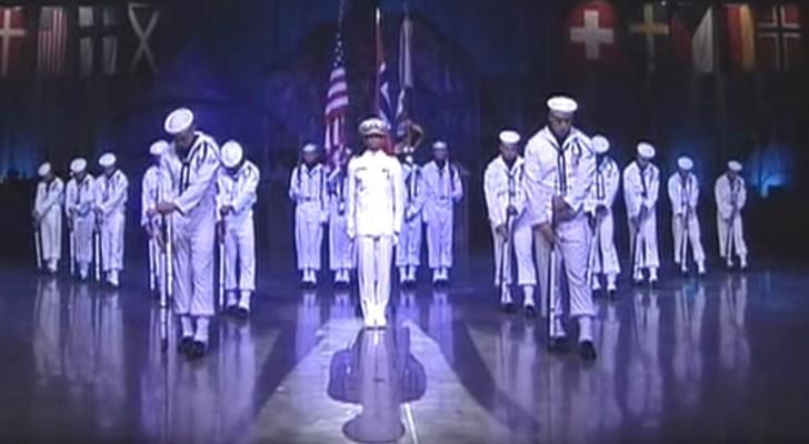 18 marinai sono sul palco immobili: appena alzeranno la testa resterete di stucco!