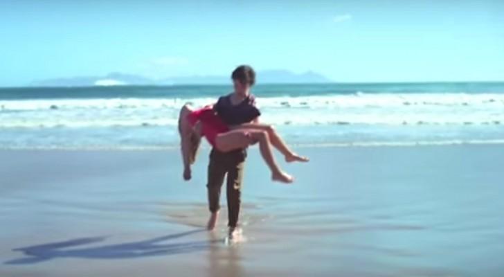 Un enfant sauve une petite fille de la noyade mais remarquez l'alliance au doigt...