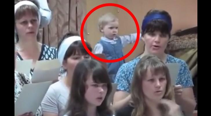 Les choristes commencent à chanter, mais regardez la petite fille derrière... Trop forte!