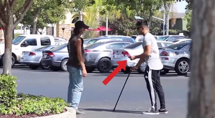 Ele é cego e tem na mão um bilhete premiado, veja a reação das pessoas