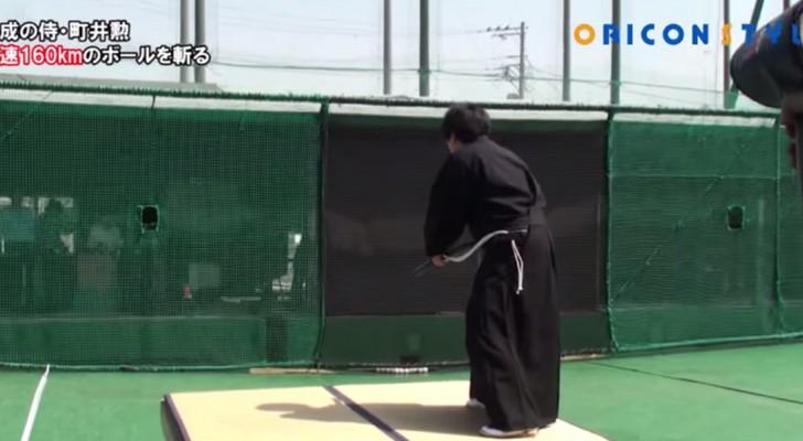 Das beeindruckende Können des Samuraikämpfers: Er zerteilt eine Kugel bei 160 km/h