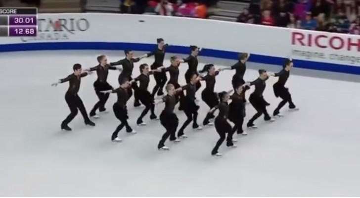 16 Eistänzerinnen begeistern das Publikum: Die Figuren, die sie laufen, sind wunderbar