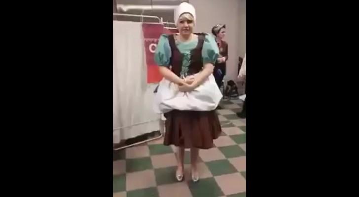 Elle est habillée comme une serveuse mais quand elle commence à tourner... elle se transforme devant vous!