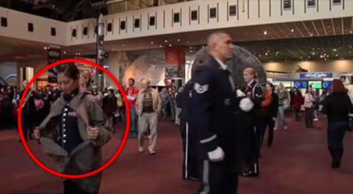 Quando questa donna si toglie il cappotto nessuno immaginava cosa sarebbe successo...