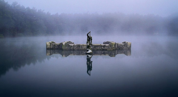 Questa statua di nettunonasconde un meraviglioso segreto sotto il pelo dell'acqua