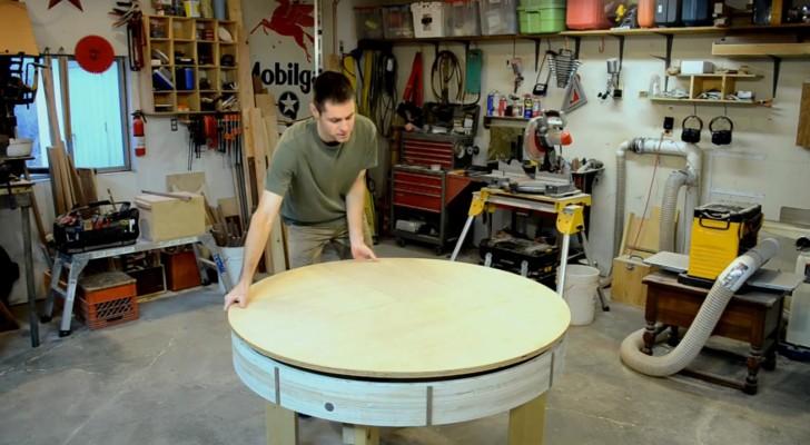 Hij maakt een normale houten tafel, maar als je de tafel draait onthult zich een geheim!