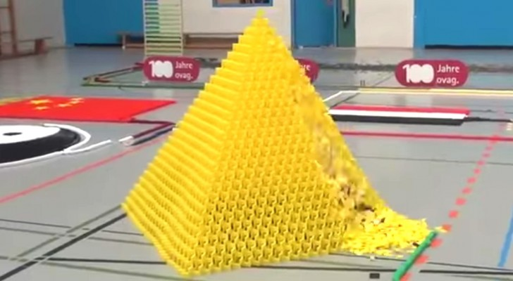 In een paar minuten zorgen 128.000 vallende dominostenen voor een uniek spektakel
