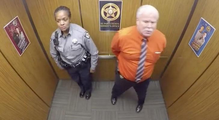 Les agents sont dans l'ascenseur, regardez bien l'homme de droite... WOW!