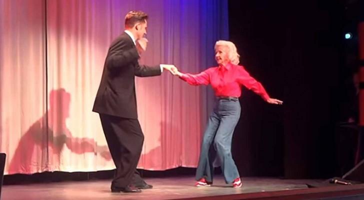Sube al escenario a los 88 años y regala al publico un espectaculo inolvidable