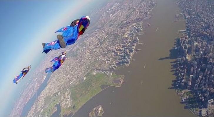 El vuelo extremo de estos profesionales sobre la ciudad de New York les hara sentir escalofrios!