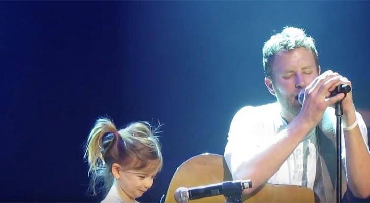 Während der Sänger auftritt, kommt seine Tochter auf die Bühne: Das Duett ist bewegend