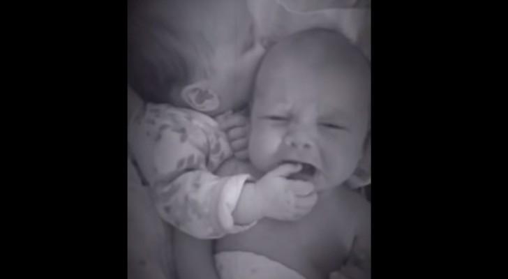 O bebê começa a chorar, mas o seu irmão gêmeo sabe muito bem como acalmá-lo!