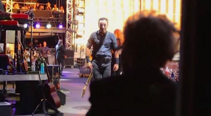 Bruce Springsteen ve a su madre detrás del escenario: el movimiento sucesivo que realiza hace gritar a toda la multitud