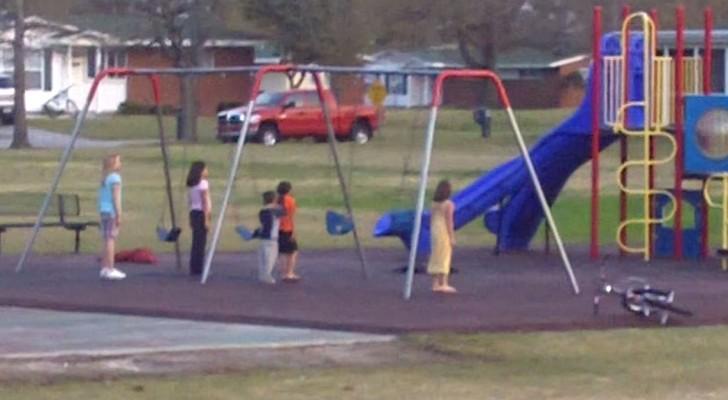 La madre ve a los niños inmoviles en el parque de juegos: el motivo la pone orgullosa