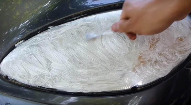 Aprende como limpiar los faros de un auto usando cepillo de dientes y dentifrico