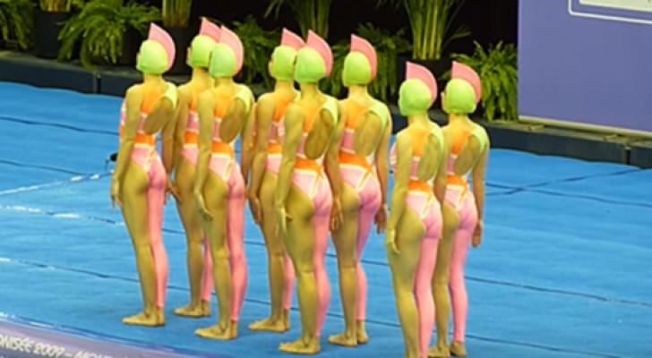 Sie stellen sich mit ihrem komischen Badeanzug an den Schwimmbeckenrand: Die Choreographie muss man gesehen haben