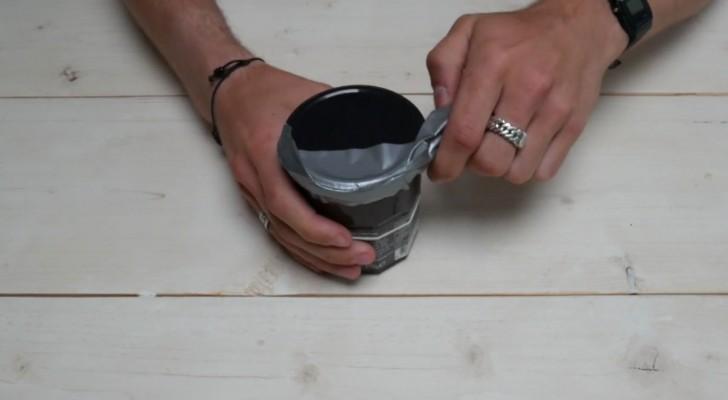 Como abrir la tapa de un frasco de vidrio con la cinta aislante con toda facilidad