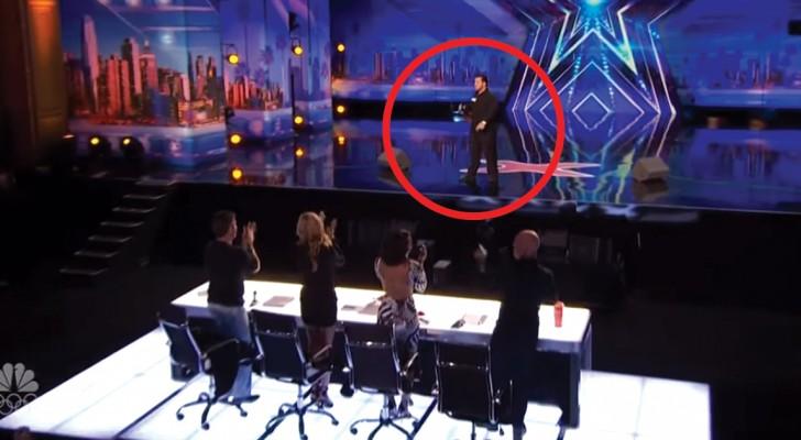 Lorsque ce garçon arrête de chanter, TOUT le plateau est debout... quelle voix!