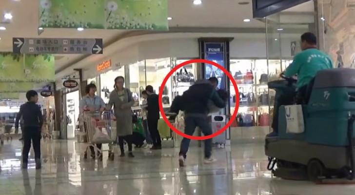 En man låtsats att kidnappa ett barn: se hur folk reagerar.