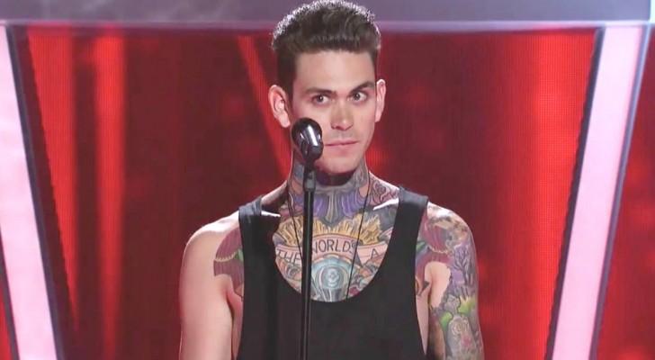 Un ragazzo tatuato raggiunge il palco, ma la sua esibizione non è quella che tutti si aspettano...