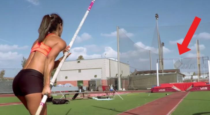 L'atleta si prepara a saltare: la ripresa in soggettiva vi terrà incollati allo schermo!